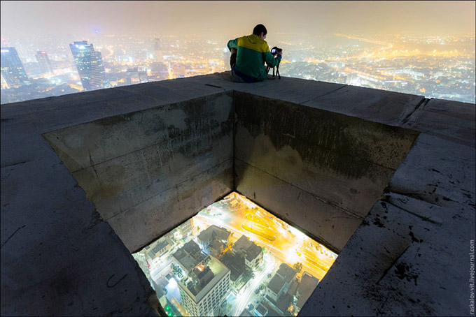 Stunning-photos-taken-by-the-two-Russian-daredevils-atop-Shanghai-5